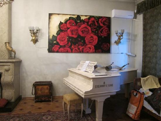"""Hotel Charm : Piano in """"living room"""""""