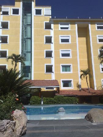 Holiday Inn Cuernavaca: hotel from the pool