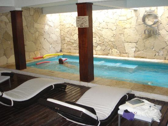 Q Inn Apart Hotel & Spa: Piscina climatizada