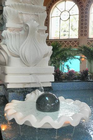 The Royal at Atlantis, Autograph Collection: Gorgeous water feature inside the Royal Towers