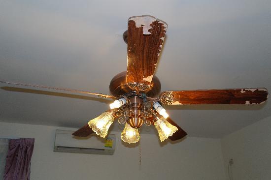โรงแรมคูลาบาห์: люстра- вентилятор