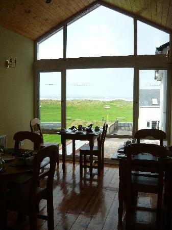Ceol Na Mara Guesthouse: Frühstücksraum mit Meerblick