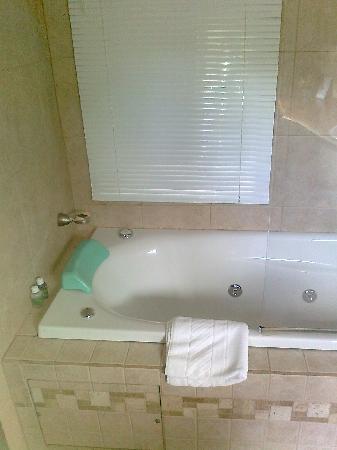 Cabanas Rio Manso: Esa ventana permite ver la ducha desde la cama. Un detalle para parejas atrevidas.