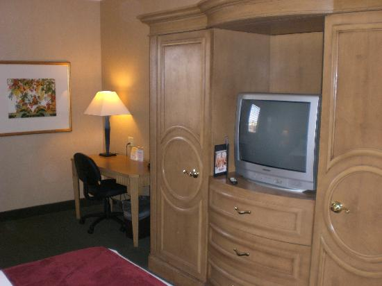 LivINN Hotel Cincinnati North / Sharonville: TV and desk
