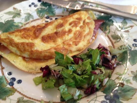 La Toscana di Carlotta: Omelet with cured meats and salad