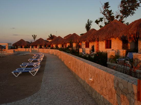 The SPA Retreat Boutique Hotel: Sunset on the huts