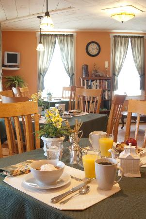 Jamaica House Bed & Breakfast: Cheery breakfasts