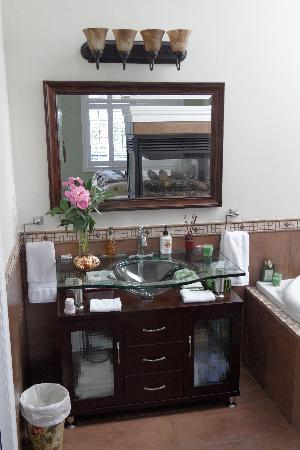 Along River Ridge: BATHROOM
