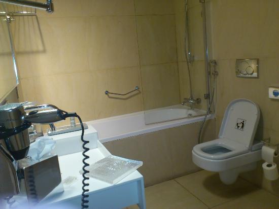 Washroom picture of address dubai marina dubai for Washroom photo
