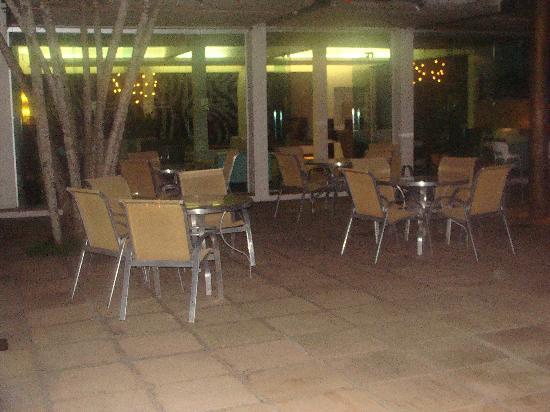 Hotel Mandragora: mesas al costado de la pileta