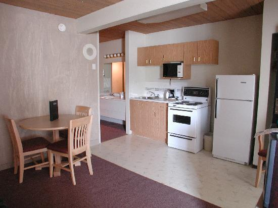 Canadas Best Value Inn & Suites: 2 Bedroom Suite