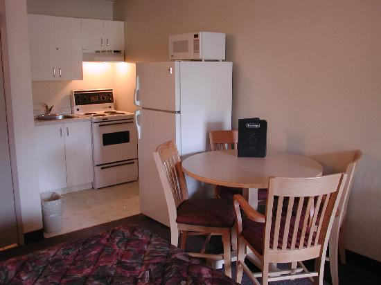Canadas Best Value Inn & Suites: Smoking Double Queen Kitchen