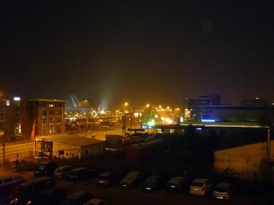 Ibis Rostock am Stadthafen: Ausblick bei nacht zur Hauptstraße