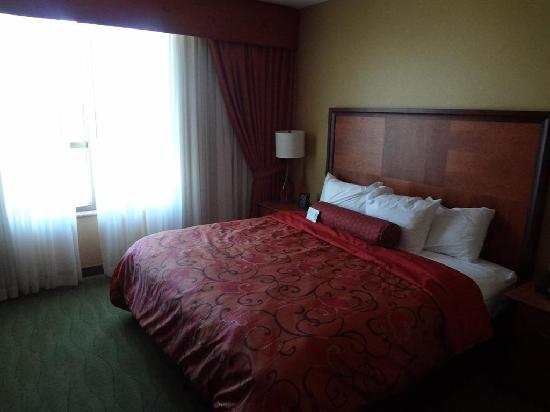 Embassy Suites by Hilton East Peoria - Hotel & RiverFront Conf Center: Bed