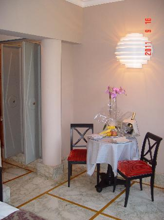Palazzo Manfredi - Relais & Chateaux: champagne and fruit in room
