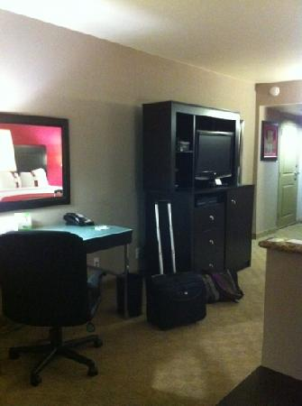 Holiday Inn Hotel & Suites Anaheim - Fullerton: desk and tv area