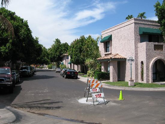 Pointe Hilton Squaw Peak Resort: rond the back of the casitas..park up..