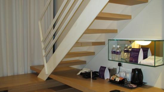 โรงแรมดุสิตเรสซิเด้นซ์ดูไบมารินา: stairs to bedroom