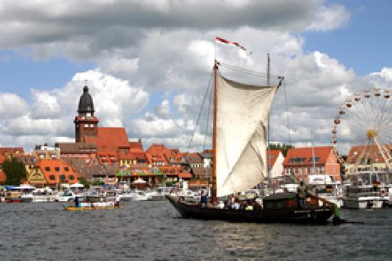Kleines Meer: Warener Stadthafen
