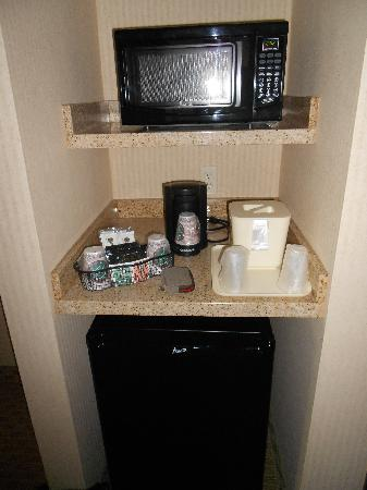 Comfort Inn & Suites Henderson: fridge/micro/tea-coffee maker