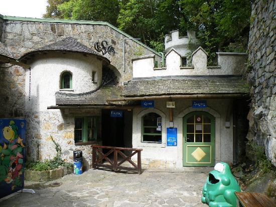 Eingangsbereich zur Grottenbahn in einem alten Befestigungsturm aus Zeiten Napoleons