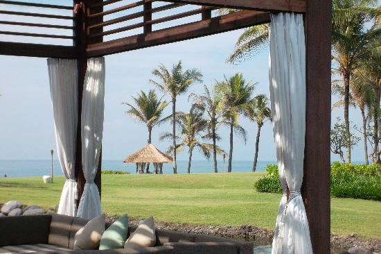 Pan Pacific Nirwana Bali Resort: looking through the outdoor dining area