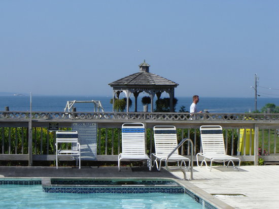 Mariner's Point Resort: the gazebo and pool