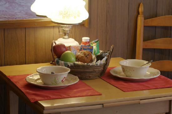 Starlite Motel: In-room continental breakfast~ in a basket