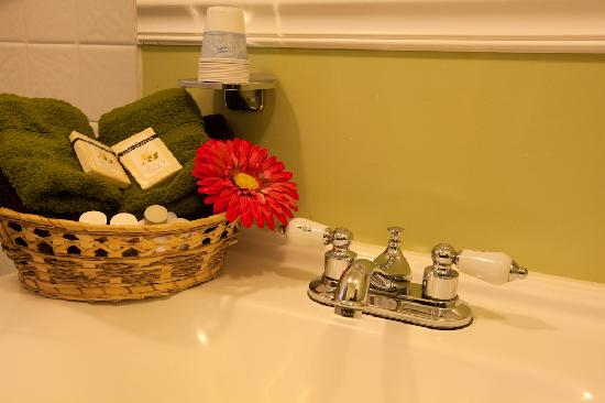 Starlite Motel: renovated bathrooms ~ plush towels