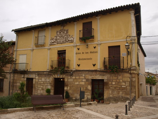 Restaurante Casa de los Gallos: Fachada del restaurante, en un palacio medieval