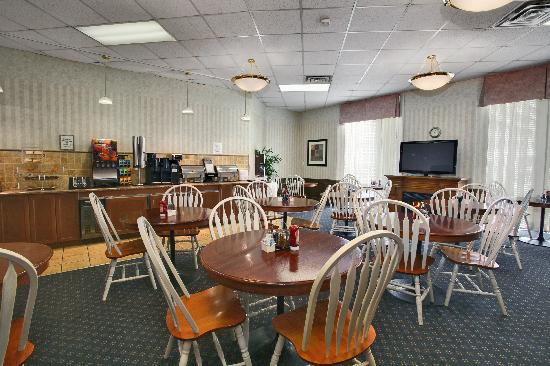 Tropical Inn Hotel and Conference Centre : Breakfast room