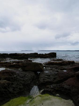 Hyams Beach Seaside Cottages: View across Jervis bay from rocks in front of the cottages.