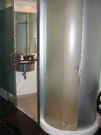 เวคอัพ โคเปนเฮเก้น โฮเต็ล: shower & bathroom