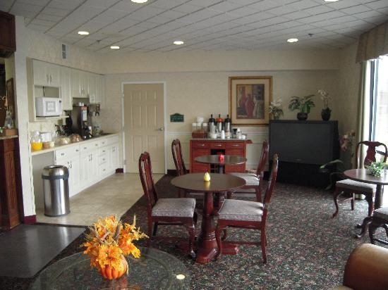 Cocca's Inns & Suites Albany Airport: Continental Breakfast Area