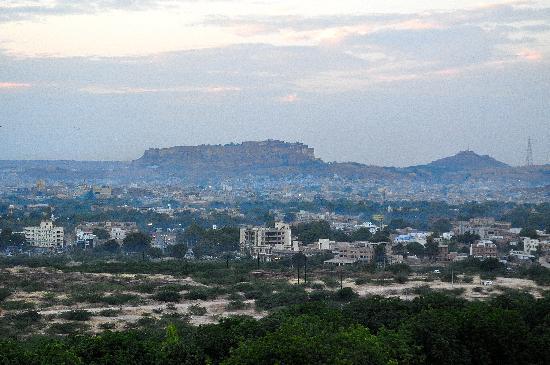 โรงแรมอจิตภาวัน: View of Mehrangarh Fort from the Sun Deck restaurant