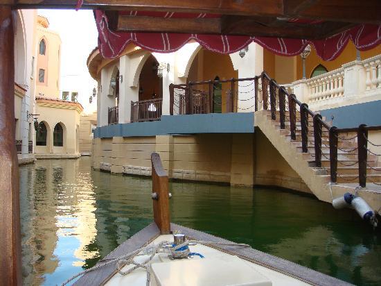 Shangri-La Hotel, Qaryat Al Beri, Abu Dhabi: La visite de l'hôtel en bateau