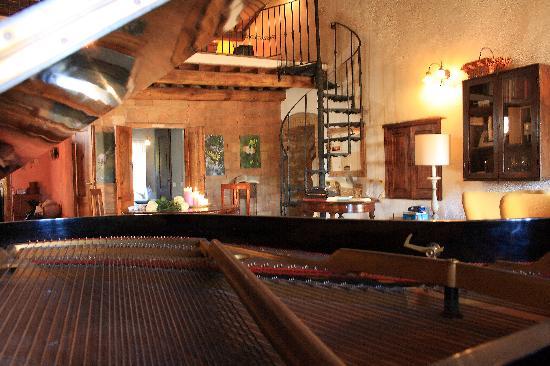 Locanda del Loggiato: salotto dal pianoforte a coda