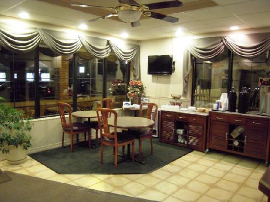 Golden Circle Inn & Suites: Lobby & Breakfast Area