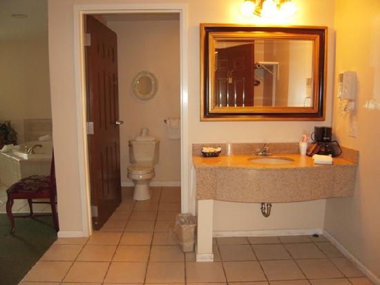 Golden Circle Inn & Suites: Bathroom