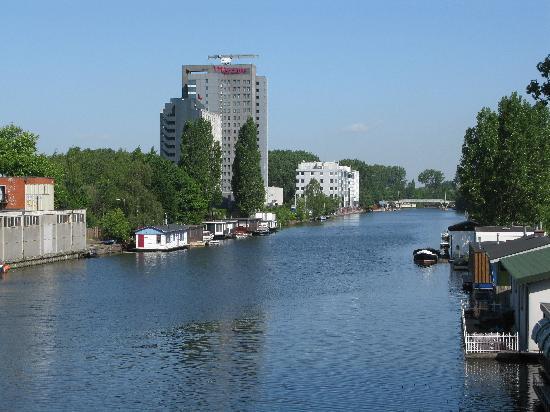 Mercure Hotel Amsterdam City: l'albergo visto da lontano