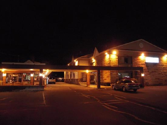 Golden Circle Inn & Suites: Exterior
