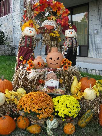 Branson Yellow Rose Inn and Suites : Fall display at the Yellow Rose.
