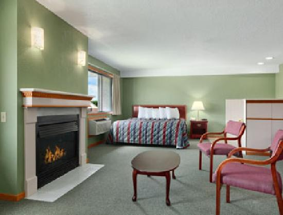Days Inn & Suites Des Moines Airport: Nice Big Fireplace with Whirpool Room