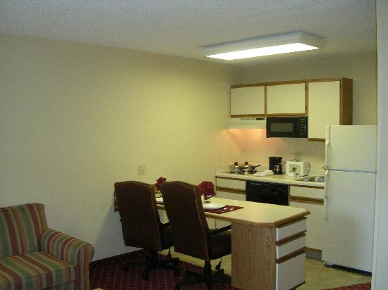 ‪‪Extended Stay America - Orlando - Lake Mary - 1040 Greenwood Blvd‬: Guest room kitchen area‬