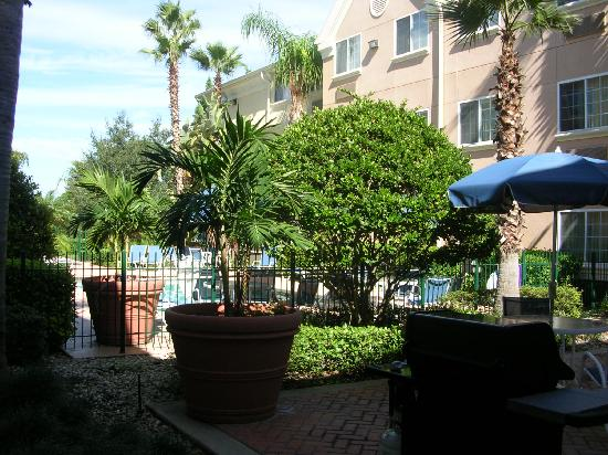 Extended Stay America - Orlando - Lake Mary - 1040 Greenwood Blvd: Hotel pool and barbecue area