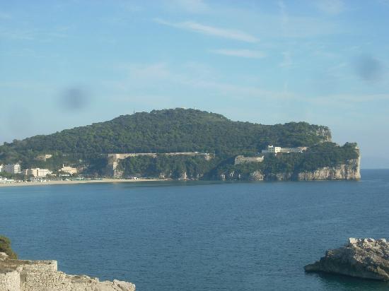 il promontorio di Gaeta: a destra la parete della montagna spaccata