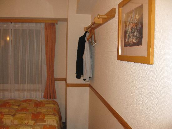 Toyoko Inn Tokyo Nihombashi: 4 hangers and peg hook on wall