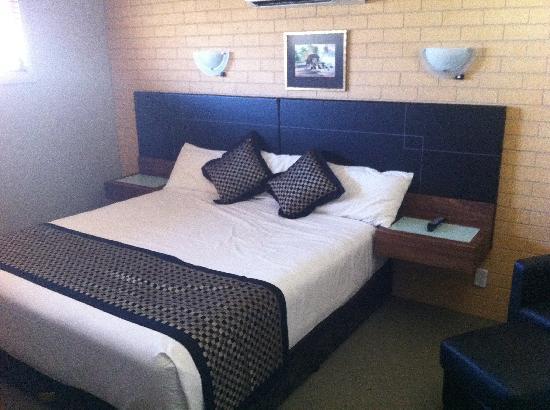 Comfort Inn & Suites Georgian: Top floor room and king bed