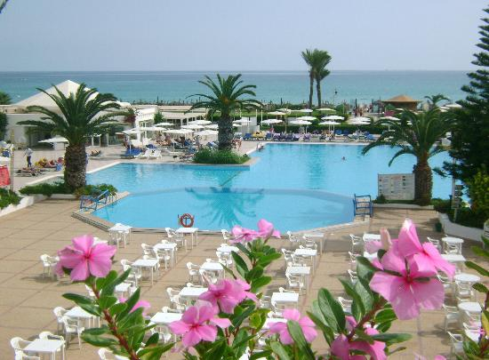 El Mouradi Mahdia: View from the balcony area over the entertainment area and pool