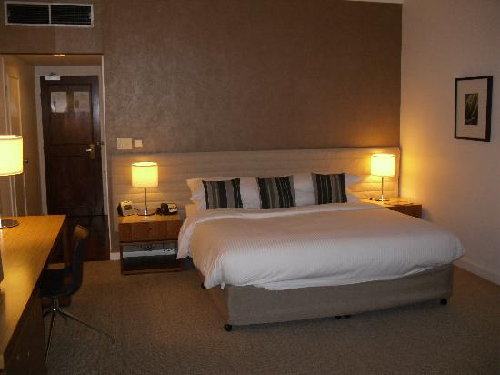 Shangri-La Hotel, The Marina, Cairns: The spacious inside of a Deluxe Marina Room